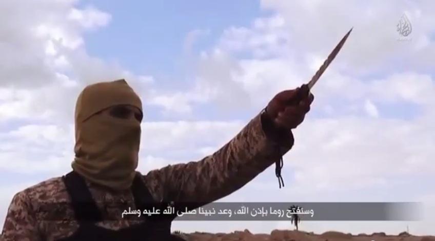 """Un fermo immagine del video diffuso dall'Isis girato sulle coste libiche. """"Conquisteremo Roma con il volere di Allah"""", dice in inglese il mujahidin (You Tube)"""