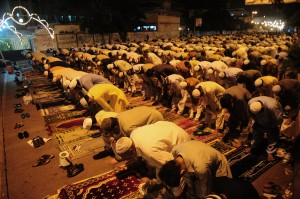 Fedeli pakistani in preghiera durante Ramadan (Afp)
