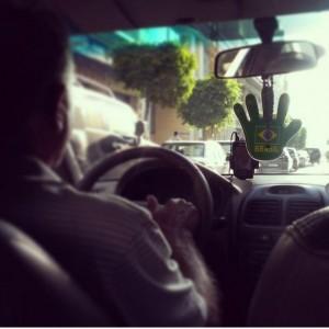 """Tassista e la mano di Fatima in """"versione Mundial"""", Beirut (foto Elia Milani)"""