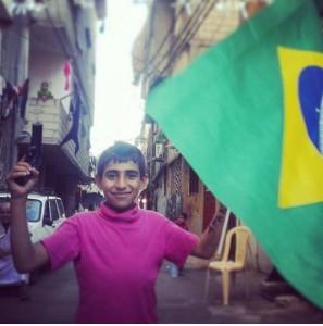 Un bambino, una bandiera del Brasile e una pistola giocattolo, Sabra e Shatila (foto Elia Milani)