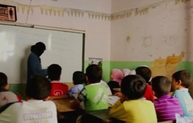 Bambini in una classe a Deir al Zur, città sotto il controllo dello Stato Islamico (Al Shurfa)
